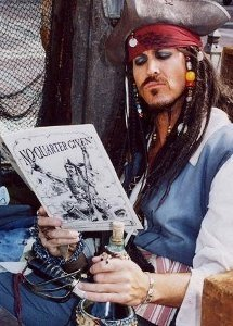 Pirata leyendo
