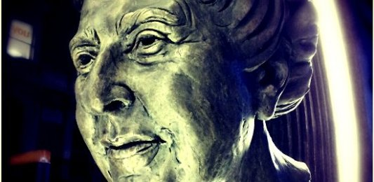 Escultura de la escritora inglesa Agatha Christie, dama del misterio