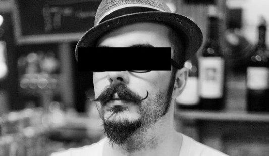 Hombre con bigote, gafas y sombrero. Hipster desconocido