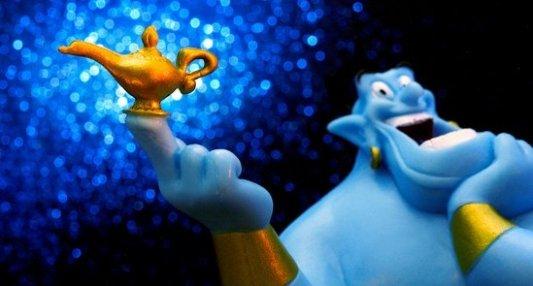 El genio de la lámpara con la lámpara mágica de Aladino en la mano