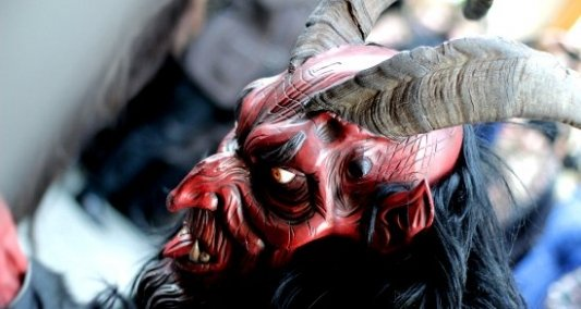 Demonio Krampus en el desfile de navidad de la ciudad de Munich
