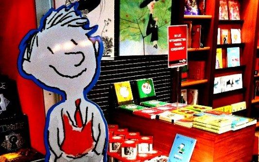 Cartel de El pequeño Nicolás en una librería dedicada a los cómics y la LIJ