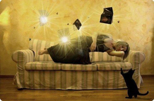 Joven mujer disfrutando de la lectura con un gato. Ambiente fantástico