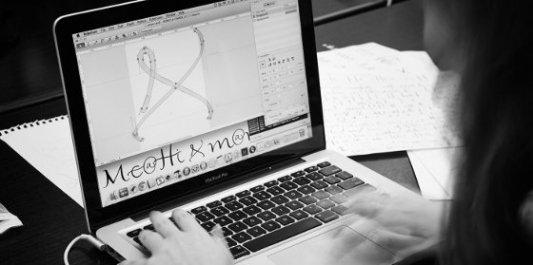Empleada de Bond trabajando en la digitalización de una fuente tipográfica de caligrafía