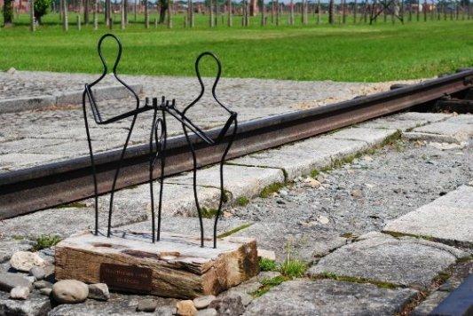 Estatua conmemorativa en recuerdo de las víctimas del campo de concentración de Auschwitz