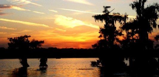Atardecer sureño visto desde un pantano o una marisma en pleno verano