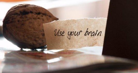 Mensaje motivacional para animar a pensar con la imagen de una nuez y un libro