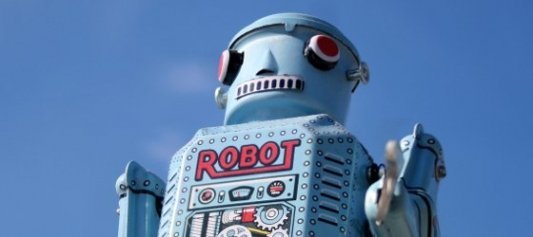 Robot de juguete hecho de hojalata con el cielo azul de fondo