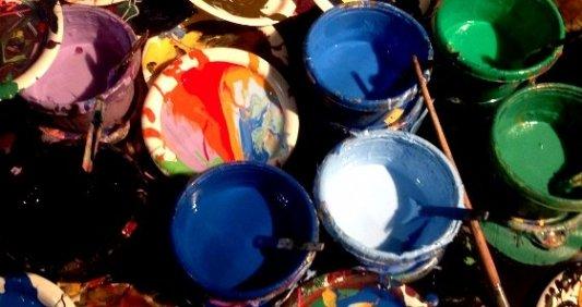 Botes de pintura abiertos con colores brillantes y atractivos