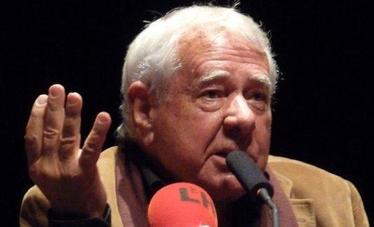 Fotografía de una rueda de prensa con Francisco González Ledesma