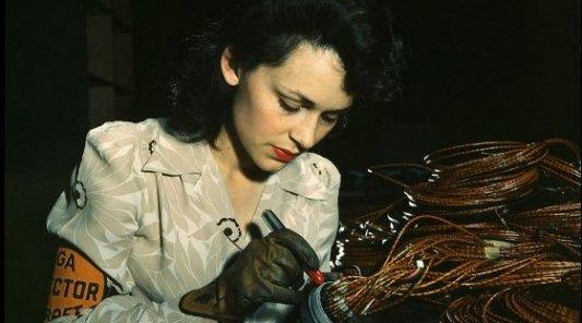 Mujer trabajadora soldando cables durante la II Guerra Mundial