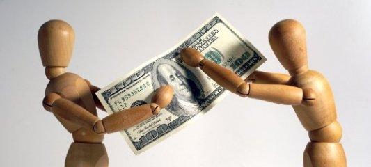 Dos maniquíes de madera intercambiando un billete de 100 dólares