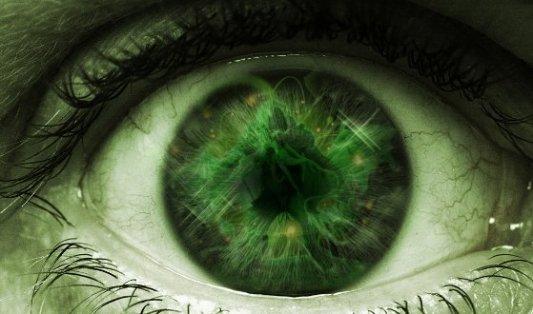 Ojo verde que insinúa un ente nacido de la imaginación de Lovecraft