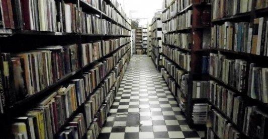 Librerías llenas de libros viejos en un ambiente sombrío