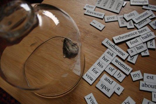 Forma experimental de poesía con versos formados por palabras en trozos de papel