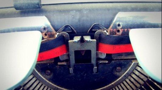 Cinta roja y negra de una vieja máquina de escribir