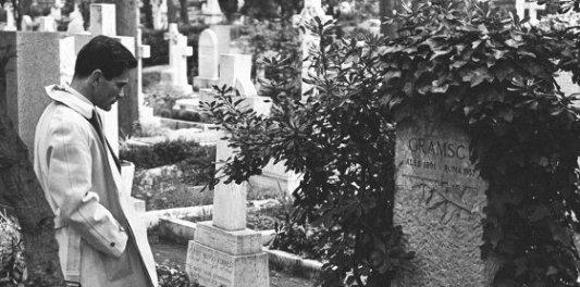 Pier Paolo Pasolini frente a la tumba de Gramsci