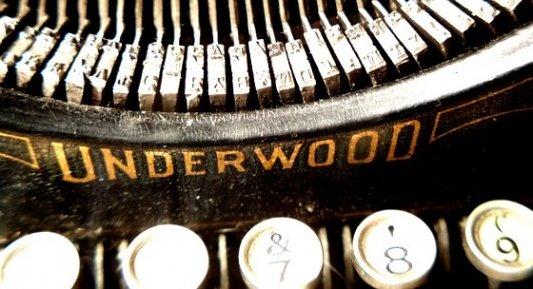 Detalle de una antigua máquina de escribir marca Underwood.