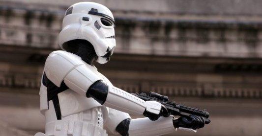 Stormtrooper de Star Wars levantando su pistola láser