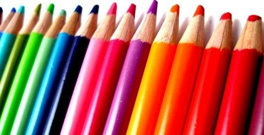 Serie de lápices de colores dispuestos en gradación cromática.