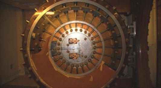 Puerta blindada de la cámara acorazada de un banco