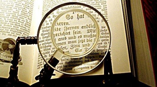 Sistema de lupas para observar al detalla páginas de un antiguo manuscrito.