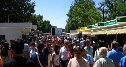 Imagen de la Feria del Libro de Madrid con casetas y visitantes