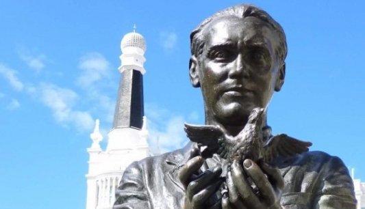 Estatua dedicada al poeta Federico García Lorca en la Plaza de Santa Ana