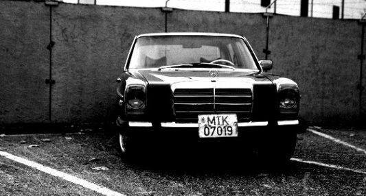 Imagen de un viejo coche Mercedes en blanco y negro.