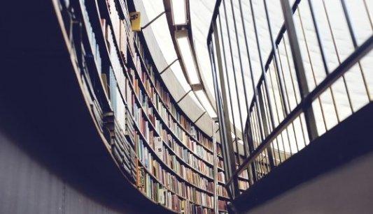 Imagen de una biblioteca moderna tomada desde abajo.