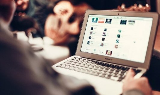 Imagen de un ordenador portátil abierto con varias cuentas de redes sociales.