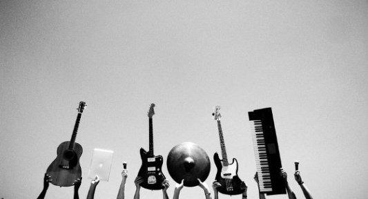 Varios instrumentos musicales sostenidos por encima de la cabeza