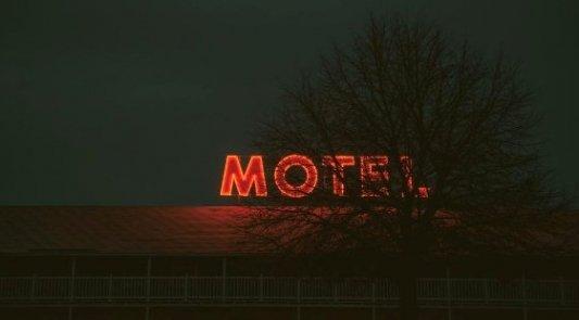 Imagen de un cartel de neón, típico motel americano durante la noche