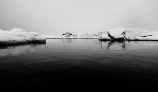 Mar lleno de icebergs en el ártico fotografiado en blanco y negro