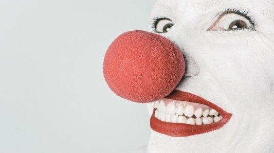 Imagen en primer plano de un payaso maquillado de blanco