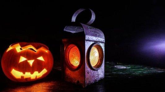 Calabaza de halloween y un fanal de color naranja, típicos de historias de miedo.