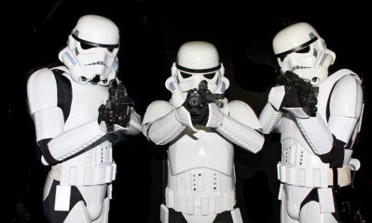 Grupo de stormtroopers de Star Wars apuntando hacia la cámara con sus armas láser