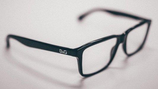 Bonito primer plano de unas gafas de pasta de color negro.