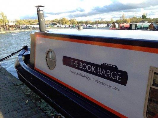 Imagen de la librería Bookbarge, abierta dentro de un bote.
