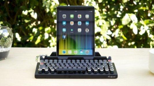 Imagen de un teclado Qwerkywriter con una tablet.