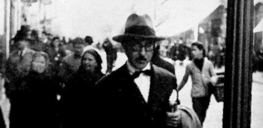 Imagen de Fernando Pessoa paseando por las calles de Lisboa.
