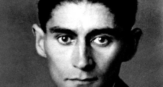 Retrato del escritor checo Franz Kafka en blanco y negro.
