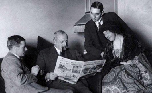 Retrato de la escritora inglesa Agatha Christie junto a Archie Christie y el mayor Belcher.