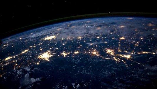 Vista desde el espacio de la Tierra en una perspectiva nocturna.