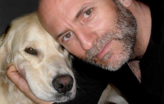 Imagen del autor Alejandro Palomas junto a su perro.