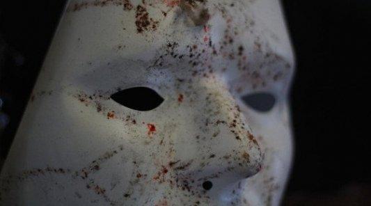 Primer plano de una máscara blanca gastada y manchada por el uso.