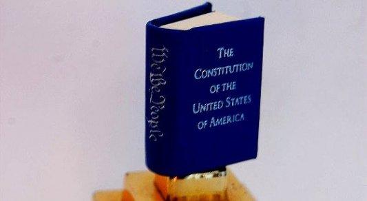 Edición en miniatura de un ejemplar de la Constitución de los Estados Unidos..