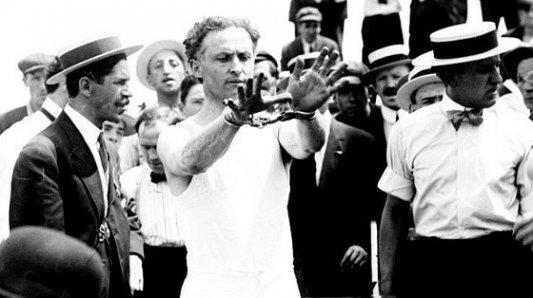 Harry Houdini, el escapista, con esposas en las manos antes de lanzarse al mar