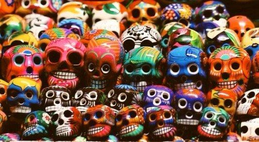 Calaveras de colores típicas del día de los muertos que se celebra en México.