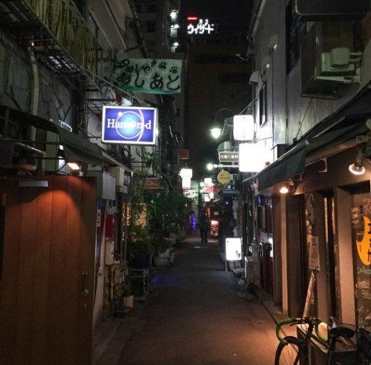 Rincón nocturno del barrio tokiota de Shinjuku.